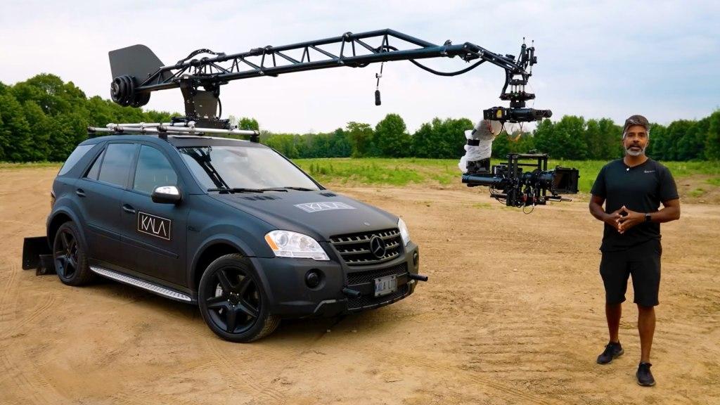 Configuration de la voiture avec caméra: RED Monstro avec un objectif 18-100, un cardan MoVI XL et la MotoCrane ULTRA au-dessus d'une Mercedes ML63.  Crédit photo : KALA (@KALA.LTD) et Chris Hau