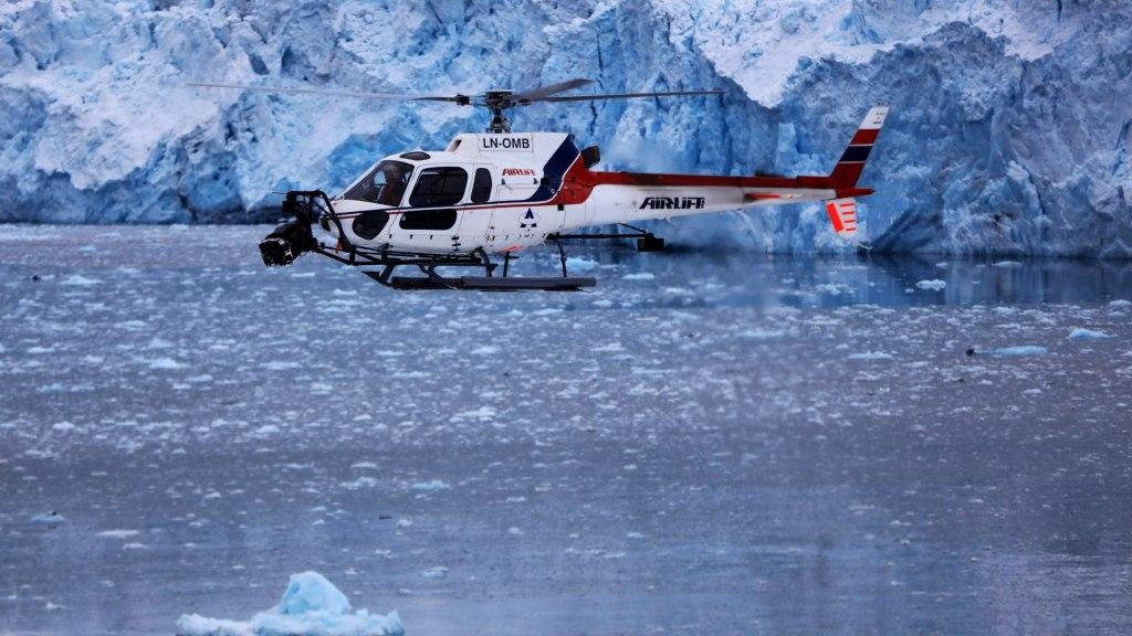 HFS Heli devant Glacier, Svalbard.  Image - aérien, dp, Jeremy Braben, Assoc.  BSC, Hélicoptère Film Services