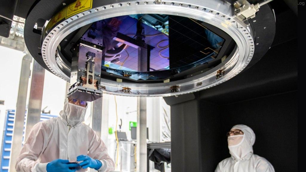 Insertion des radeaux (modules de 9 capteurs qui coûtent jusqu'à 3M$) dans le plan focal de la caméra LSST