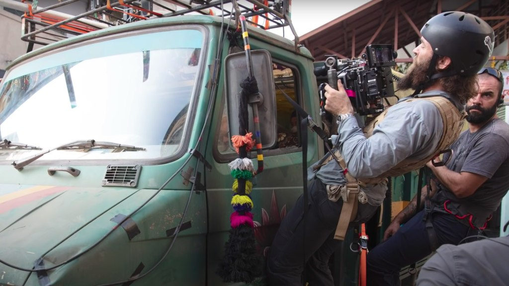 Concevoir les plans de poursuite en voiture.  Le réalisateur Sam Hargrave sur le tournage d'Extraction.  Image: Vidéo Ars