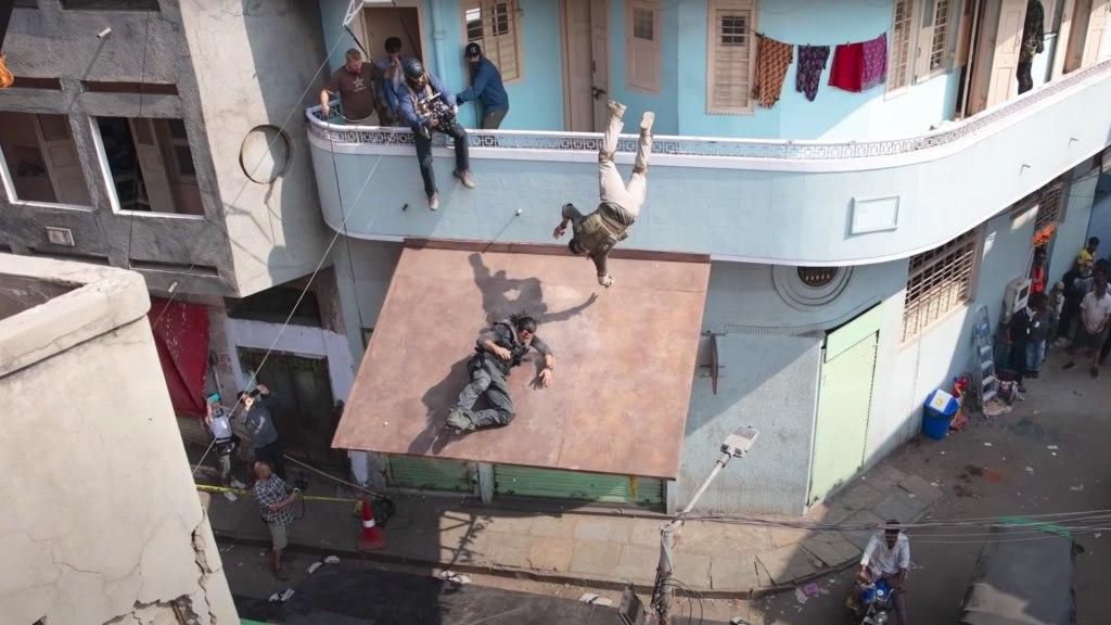 Le réalisateur Sam Hargrave sur le tournage d'Extraction.  Utilisation de la caméra.  Image: Vidéo Ars