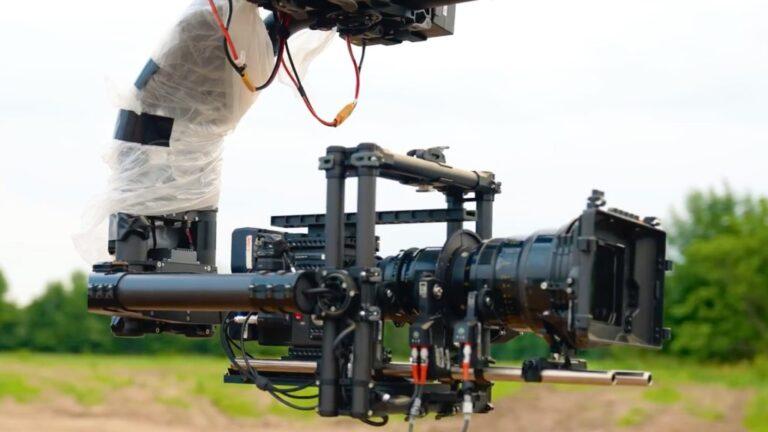 La configuration de la voiture caméra : RED Monstro avec un objectif 18-100, un cardan MoVI XL.  Crédit photo : KALA (@KALA.LTD) et Chris Hau
