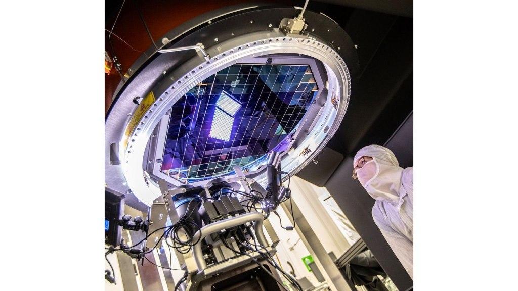 L'appareil photo numérique LSST. Le plan focal est composé de 189 capteurs CCD individuels.  Crédit : J.ORRELL/SLAC LABORATOIRE NATIONAL DES ACCÉLÉRATEURS